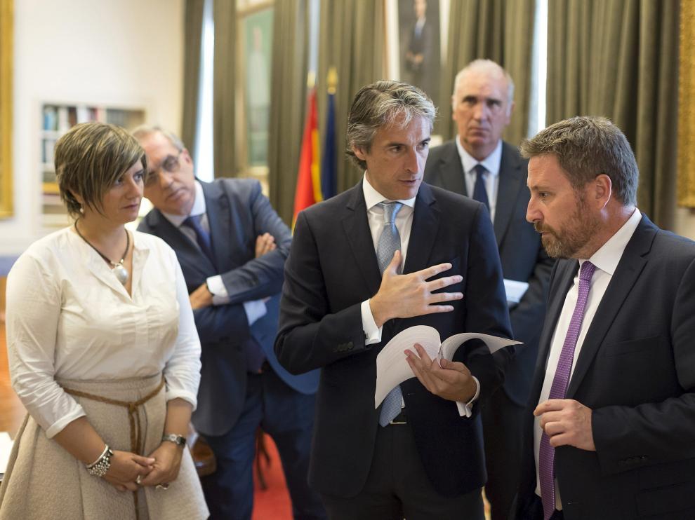 El ministro de Fomento, Íñigo de la Serna, con el consejero de Vertebración, José Luis Soro.