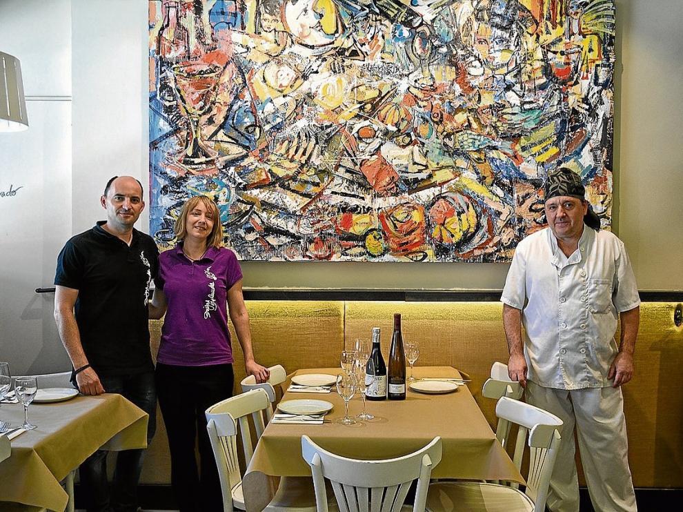 Javier Yagüe, propietario de Brujas y Flandes; Waldesca Ángel, camarera, y Daniel Cisneros, chef.