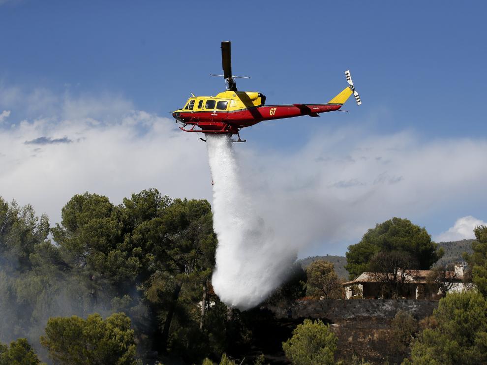 Unos 600 bomberos participan en la extinción de las llamas.