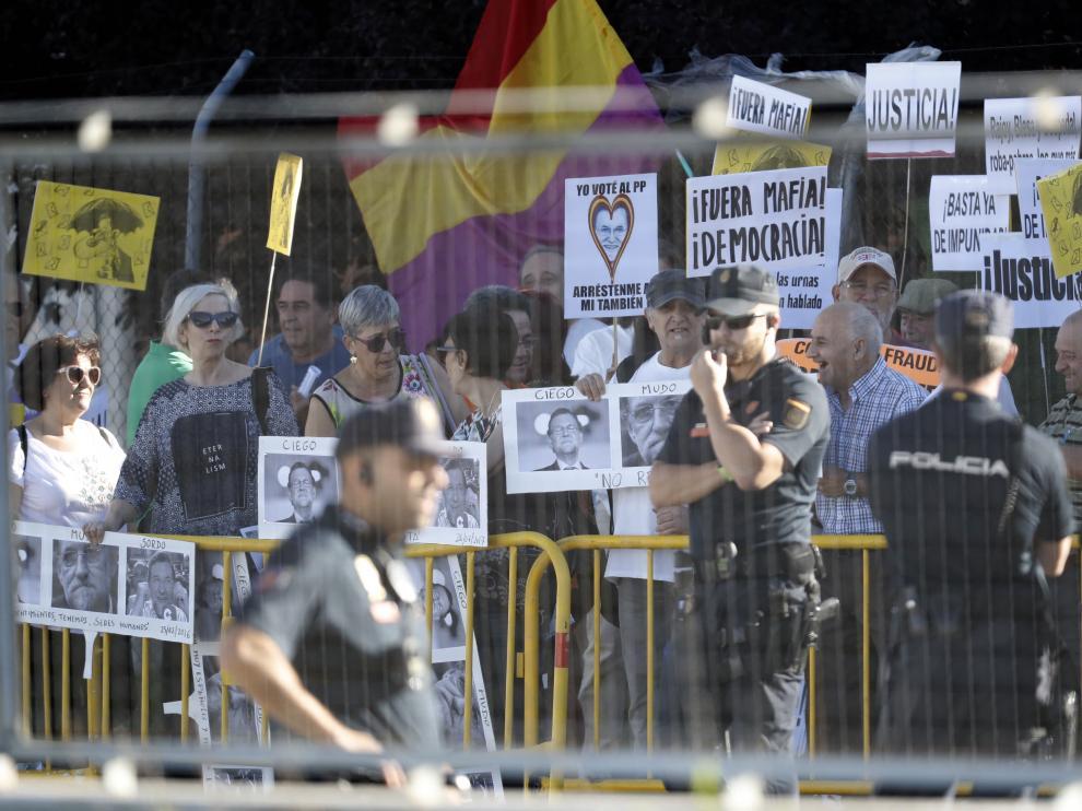 El perímetro mantiene alejados al medio centenar de manifestantes que ha acudido a la sede de la Audiencia Nacional.