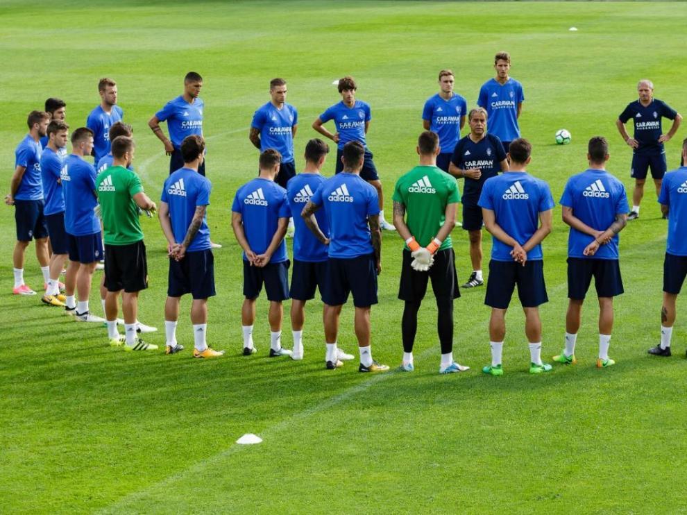 La plantilla del Real Zaragoza, alrededor del entrenador, Natxo González.