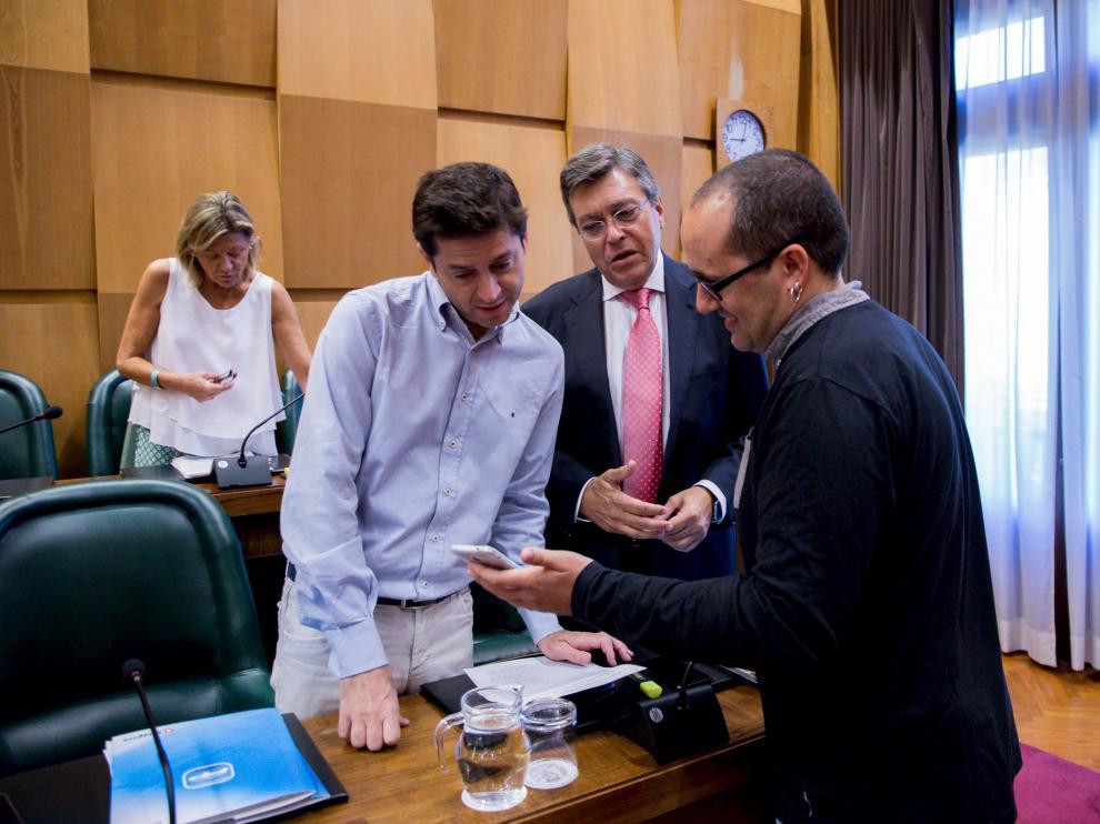 Cubero conversa con Sebastián Contín y José Ignacio Senao (PP) antes de la comisión.