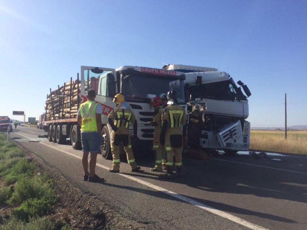 Accidente de un camión y un tráiler en la N-232 a la altura de Gallur