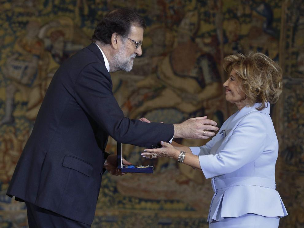 El presidente del Gobierno, Mariano Rajoy, entrega la medalla de oro al mérito en el trabajo a la periodista María Teresa Campos, este jueves.