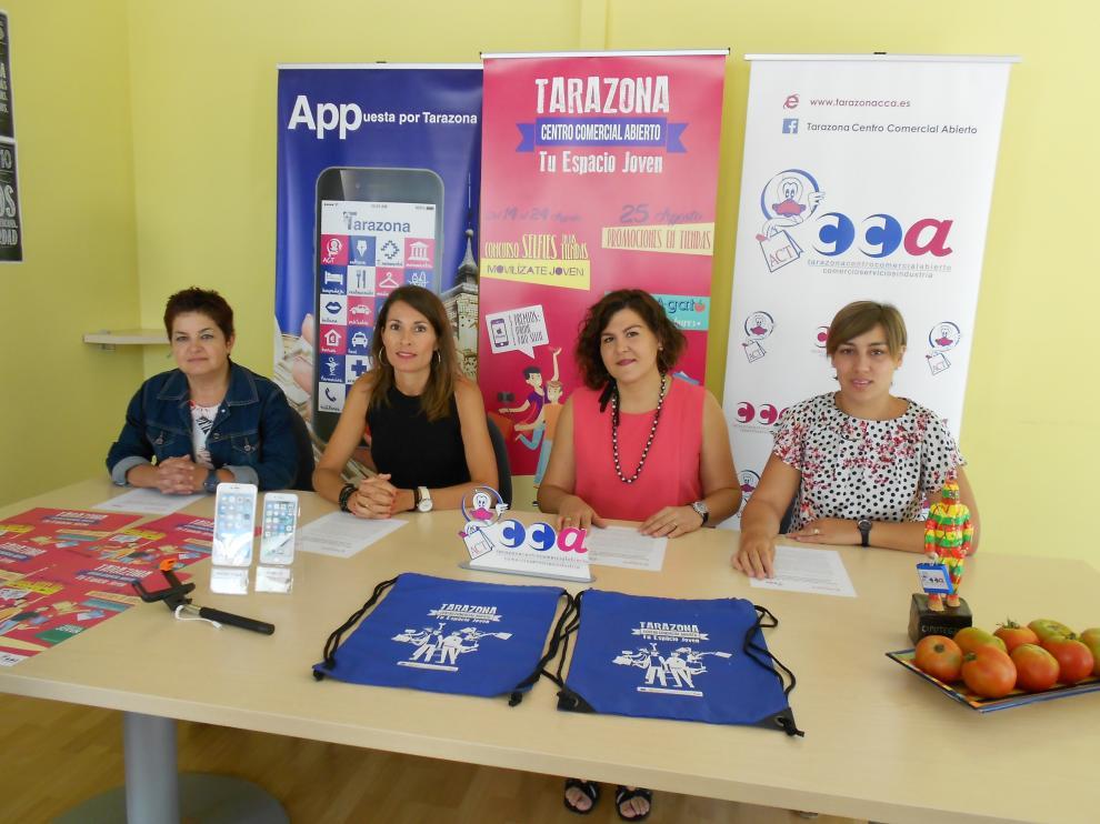 De izquierda a derecha: Ana Tarazona, gerente de ACT; Natalia García, de Cámara de Comercio; Lourdes Sánchez, presidenta de ACT; y Ana Calvo, concejal de Comercio del Ayuntamiento de Tarazona.