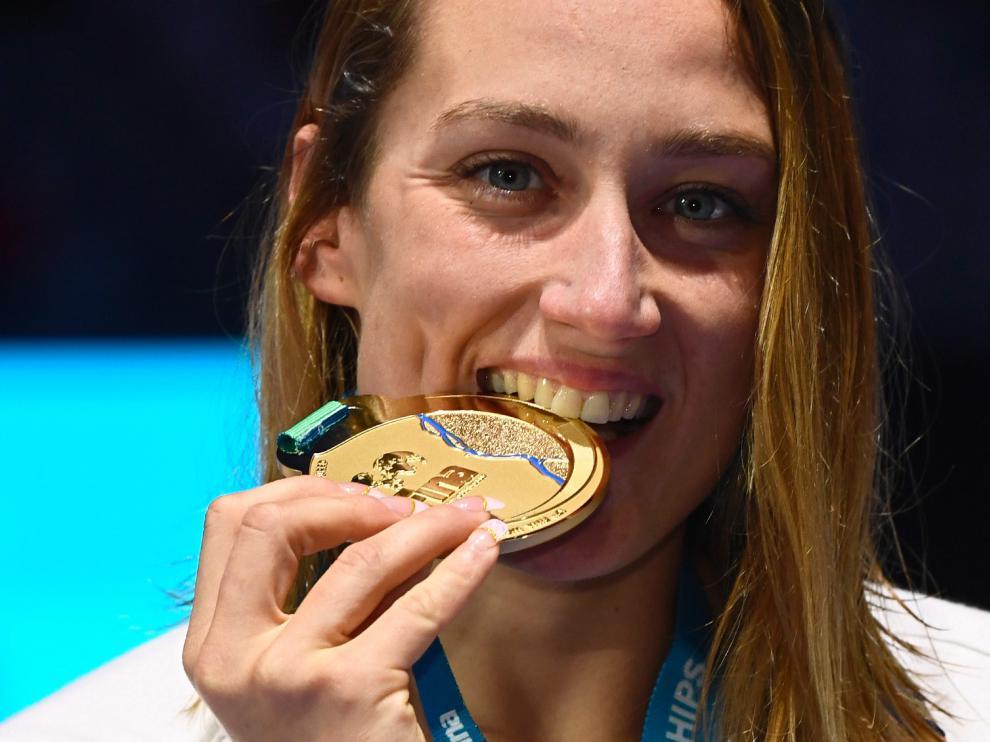 Mireia Belmonte, posando con la medalla de oro