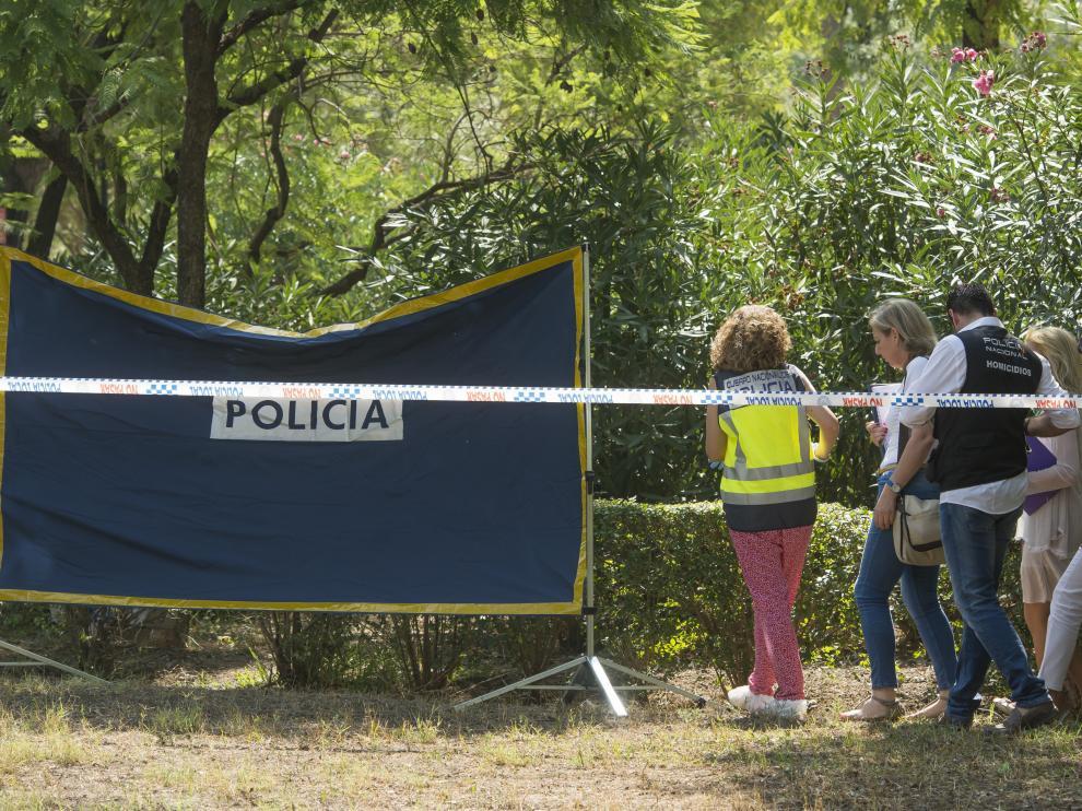 El cadáver continúa en el Parque Amate, en espera de que se proceda a su levantamiento por parte de la autoridad judicial.