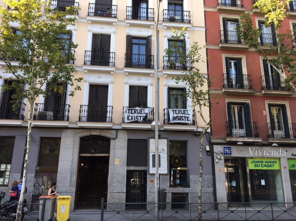 'Teruel existe, Teruel insiste': las dos pancartas que recuerdan a la provincia bajoaragonesa en pleno centro de Madrid.