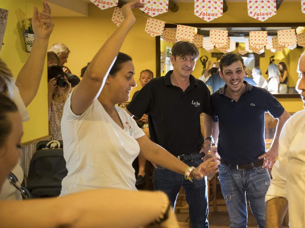 Pedro y Antonio Sánchez, propietarios de El Patio Andaluz, observan el baile de los alumnos.
