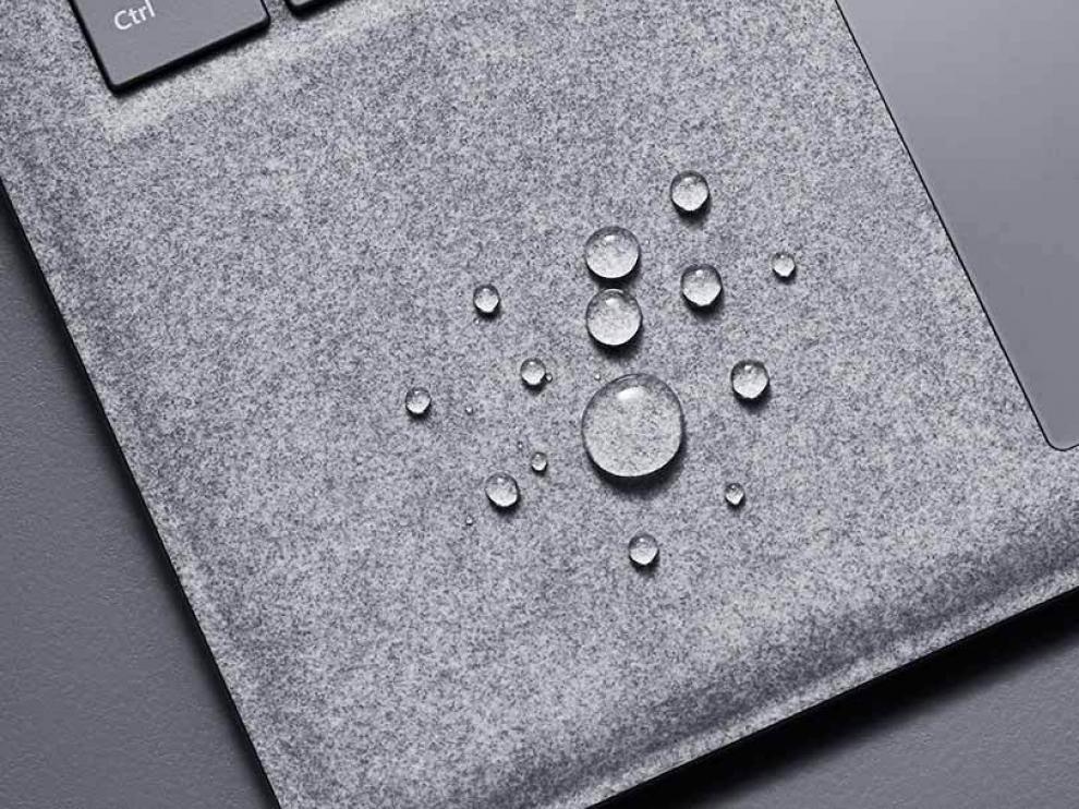 Microsoft asegura que la superficie Alcántara resiste líquidos, manchas y es lavable