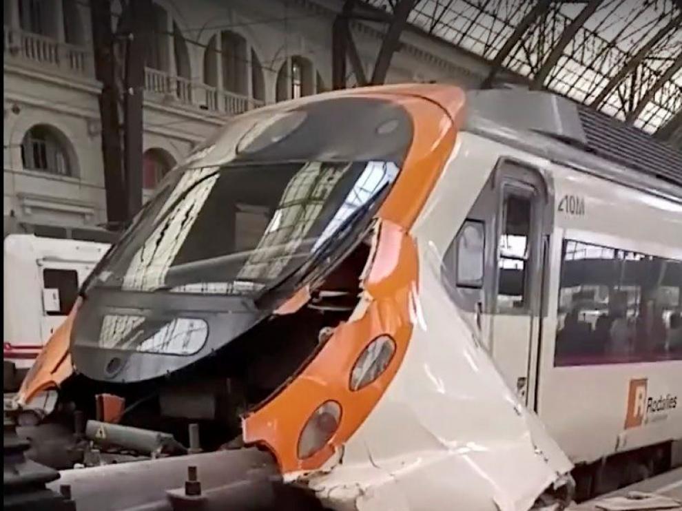 Un tren que había salido de la estación de Sant Vicenç de Calders a las 6.02 hacia Barcelona ha chocado contra el tope final de la vía 11 de la estación de França.