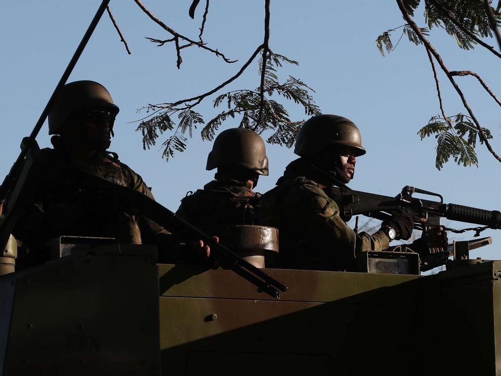 Fusileros de la armada brasileña patrullan hoy viernes 27 de julio de 2017, en el centro de Río de Janeiro (Brasil).