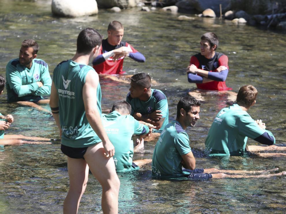 Los jugadores de la SD Huesca en el río Ésera