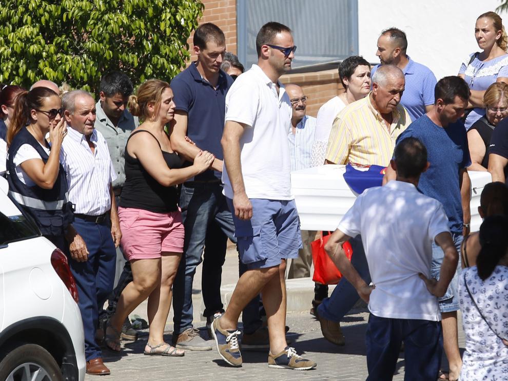 Los padres de Lucía junto a familiares y amigos acompañando el féretro con sus restos mortales en el cementerio de Alhaurín el Grande.