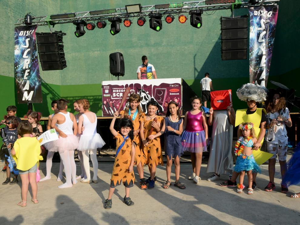 Los niños del barrio de Castralvo disfrutan del concurso de disfraces que se celebró ayer.