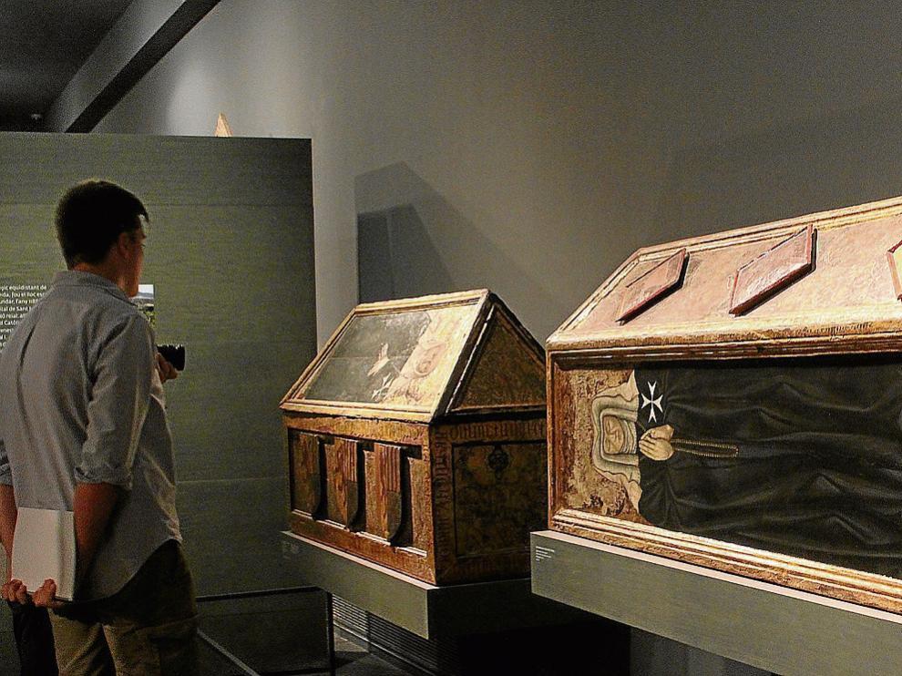 Dos de las tres cajas sepulcrales de madera de las prioras de Sijena expuestas en Lérida.