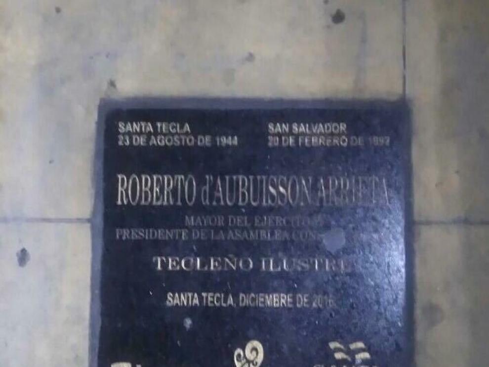 La placa con el nombre de Roberto d'Aubuisson y el escudo del Ayuntamiento de Zaragoza.