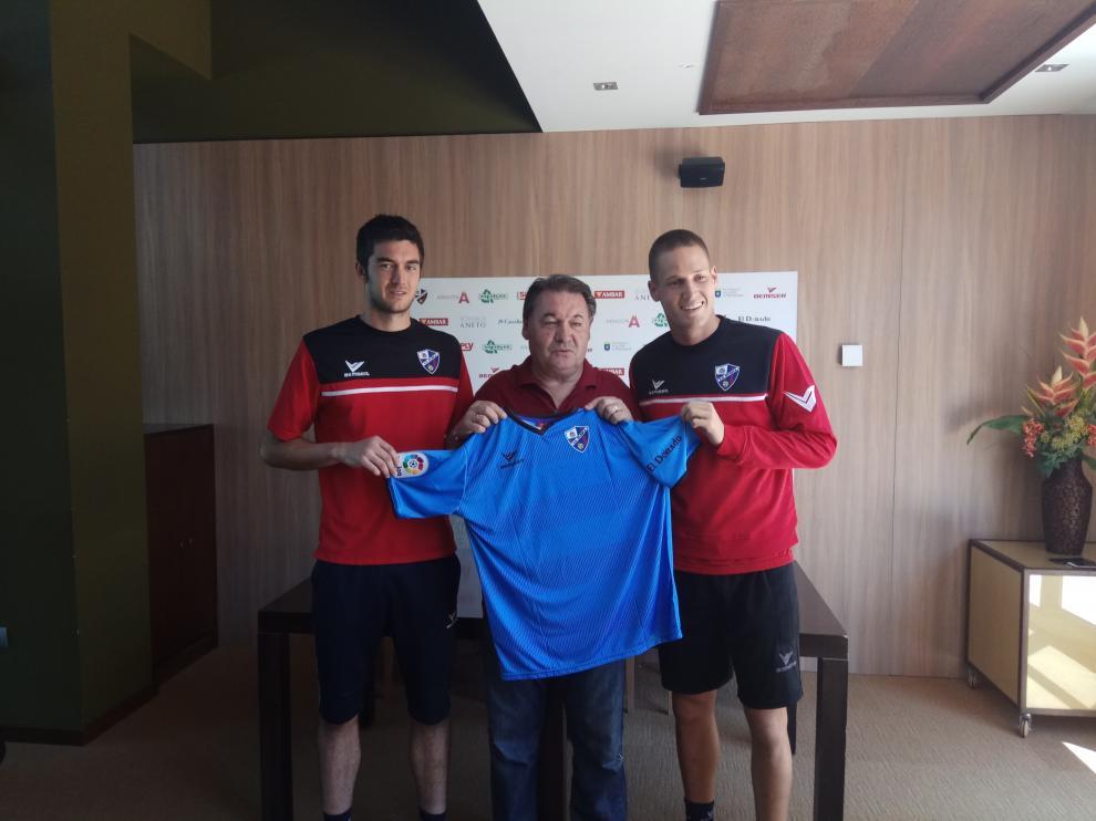 A la izquierda Ander Bardaji, en el centro el presidente del club, a la derecha Álex Remiro