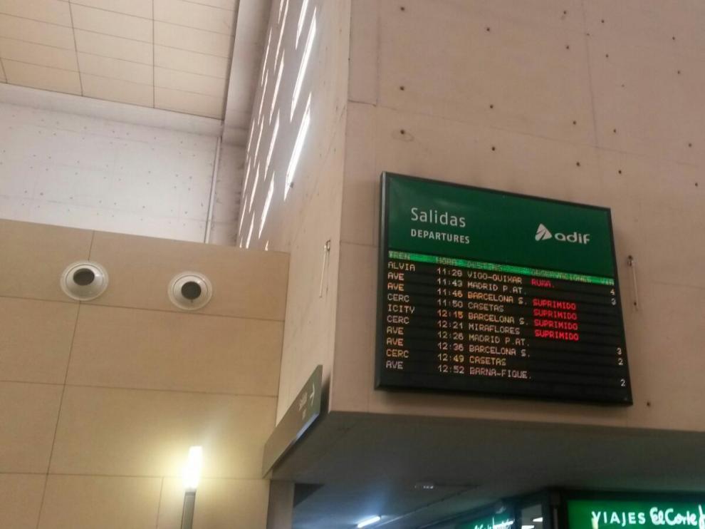 Panel con los trenes suspendidos, este viernes en la Estación de Delicias de Zaragoza.