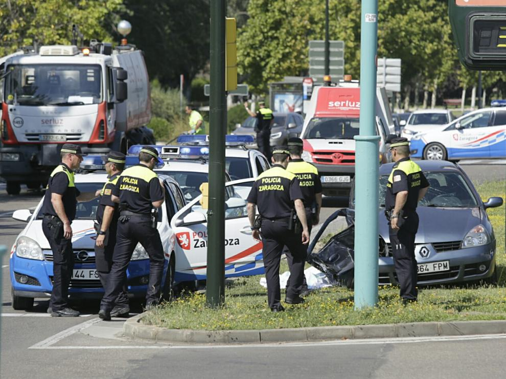 Un muerto y tres heridos en un choque entre dos vehículos junto al puente de La Almozara.