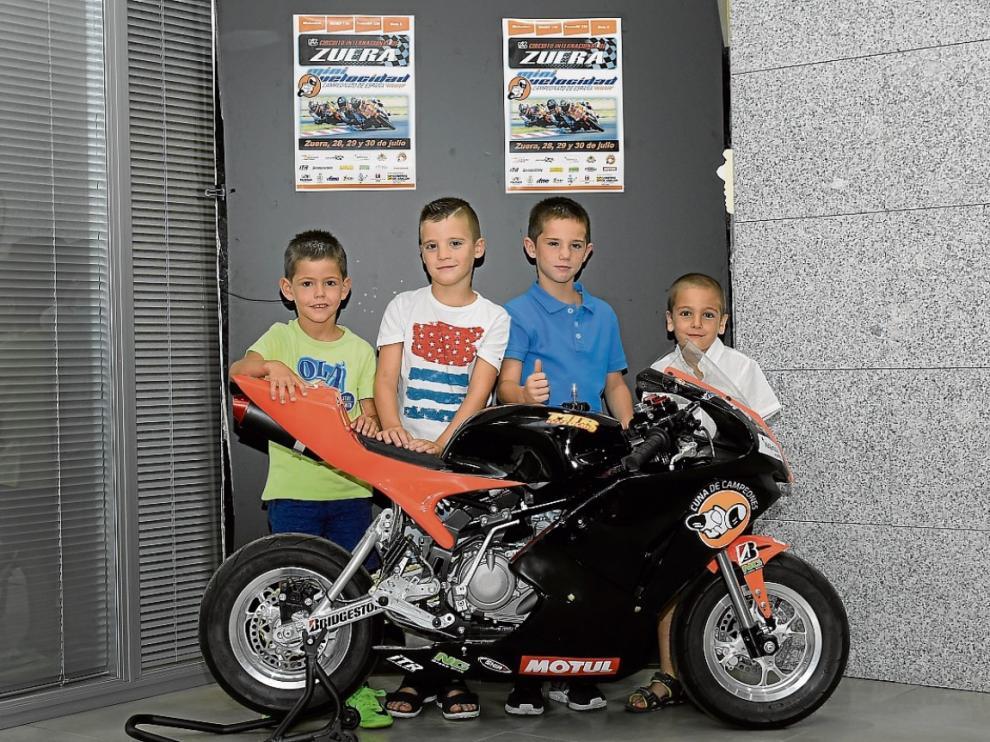 Víctor Cubeles, Julen Sancho, Javier López Malo y Alejandro Sarrate posan con su moto.