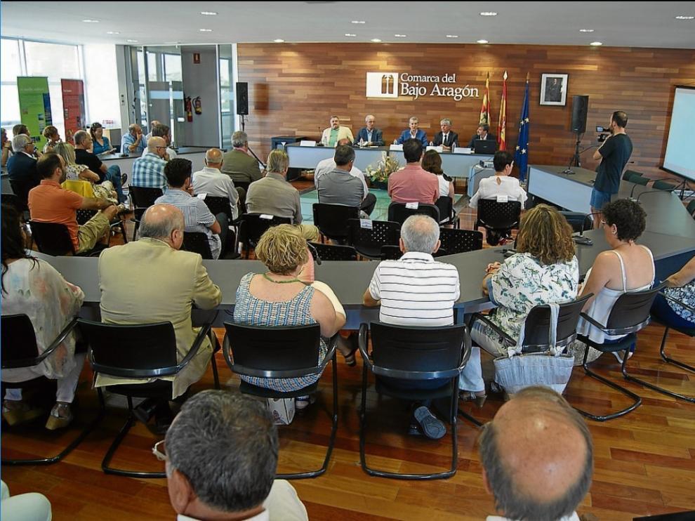 El consejero, con su equipo y el presidente del Bajo Aragón, ayer en la presentación del proyecto.