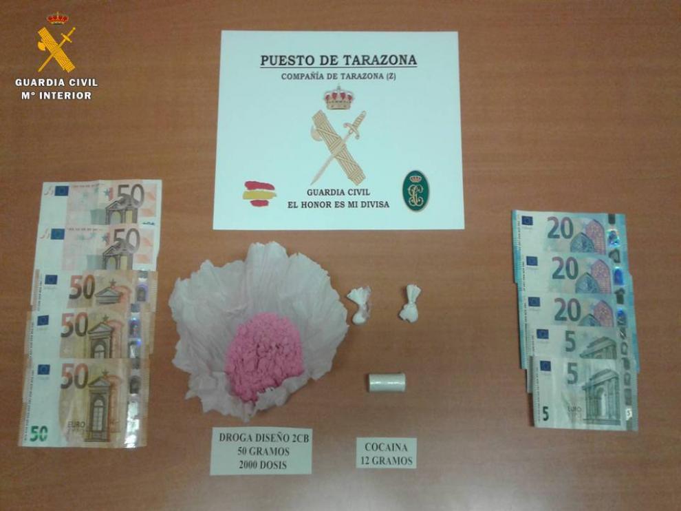 """""""Cocaína rosada"""", dinero y otros artículos que llevaba el conductor detenido en la N-122."""