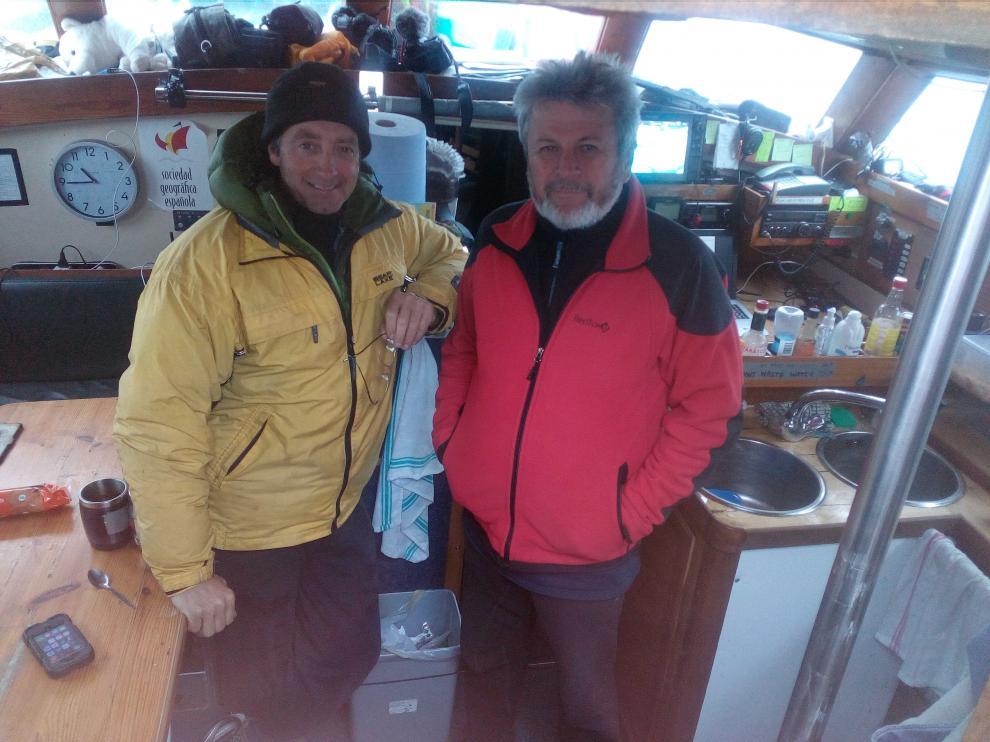 Los capitanes Mike Stewart y Nicolay Litau, en el interior del Northabout.