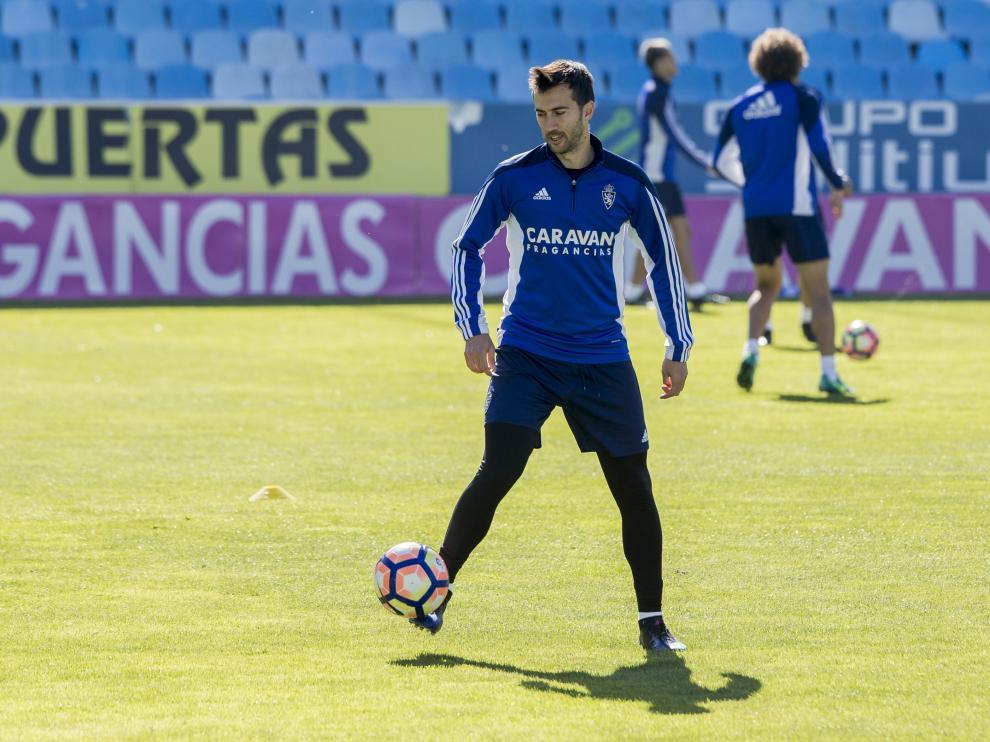 Manu Lanzarote, en un entrenamiento del RealZaragoza.
