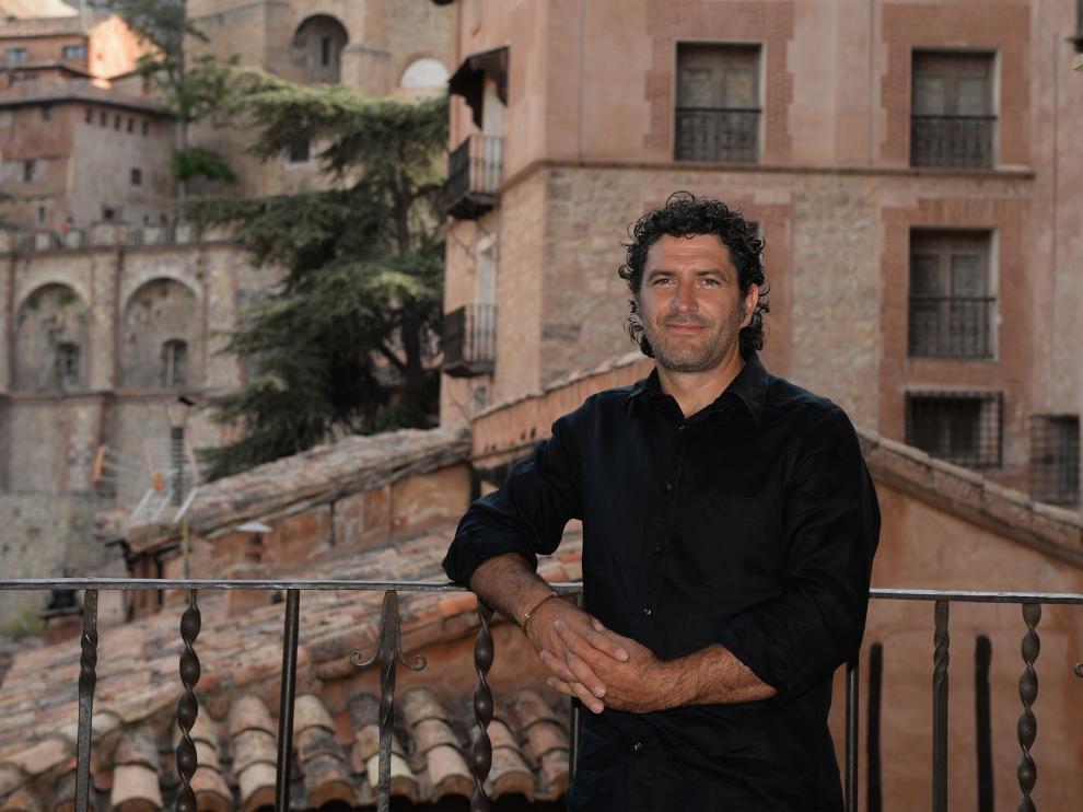 El alcalde de Albarracín, Raúl Jiménez, con las típicas casas de yeso al fondo.