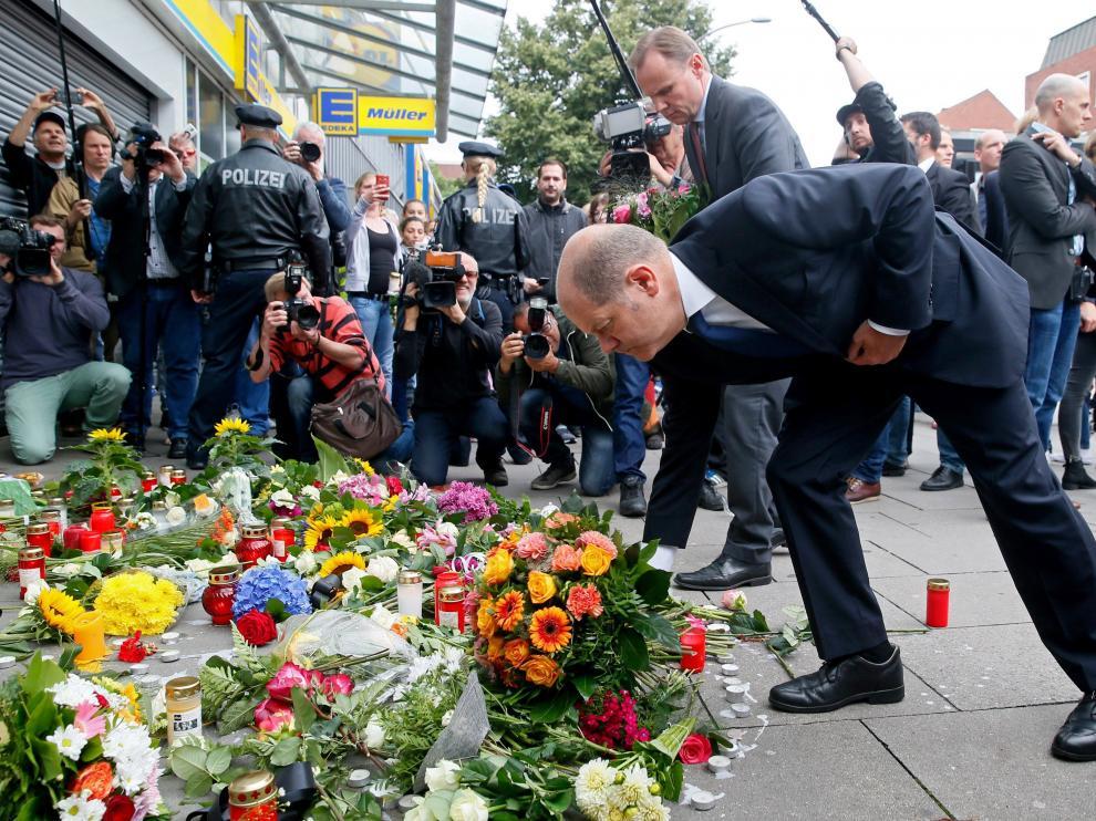 Homenaje a las víctimas del ataque a un supermercado en Hamburgo.