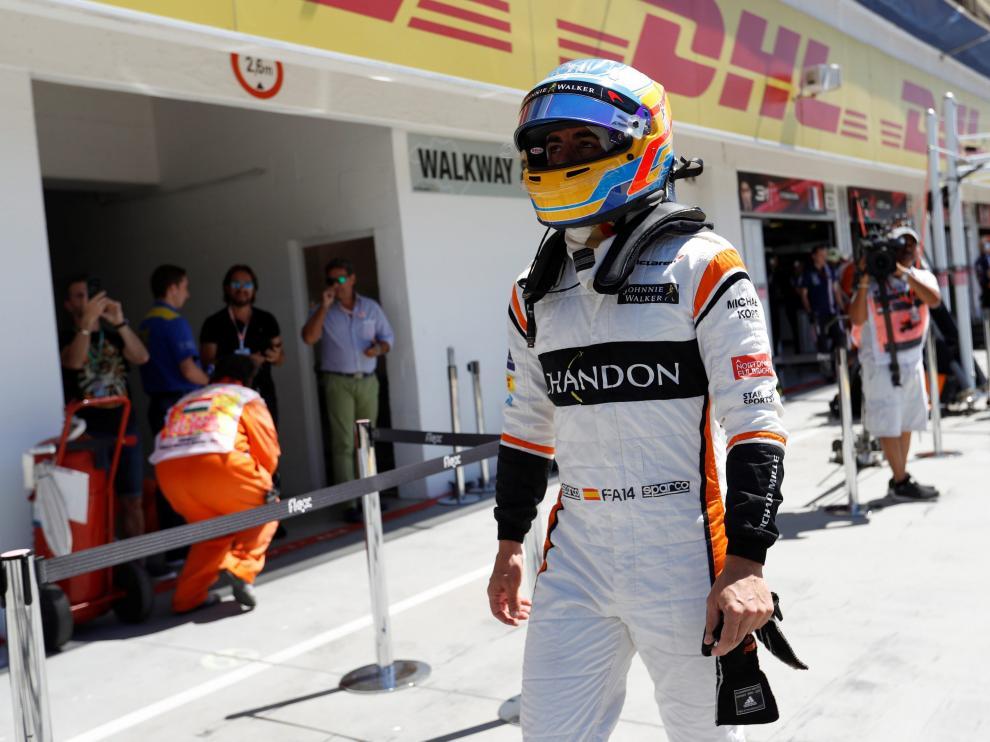 Alonso, de camino hacia el box