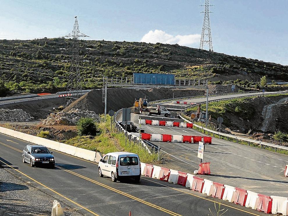 Trabajos en el Alto de Monrepós. Los usuarios del puerto tienen que tomar un desvío provisional en la cima, que se está reformando ya con un tramo de 13 km de calzada. En los próximos meses se adecuará la geometría del resto del puerto a las características de autovía.