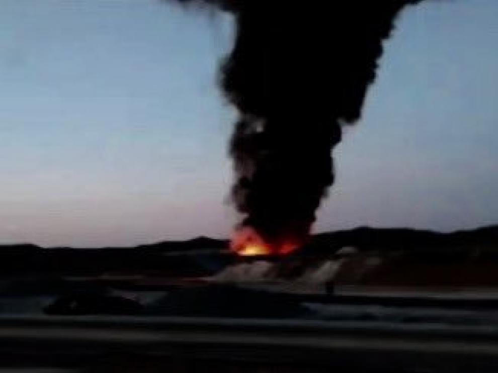 Columna de humo que salía del incendio de residuos industriales en el polígono Empresarium