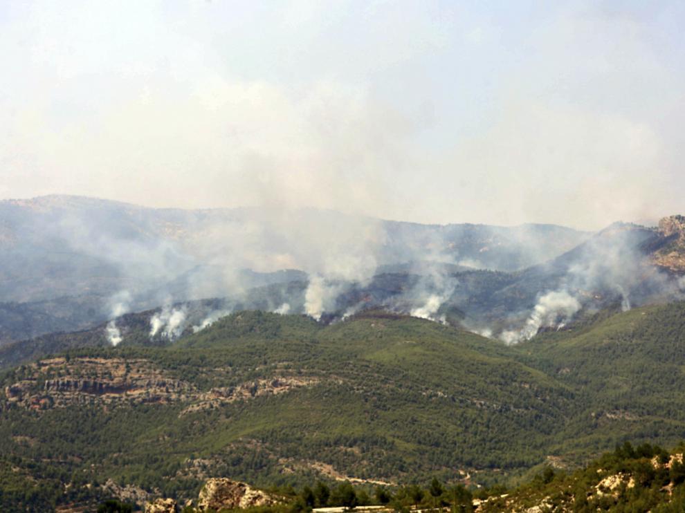 El perímetro del incendio, según estimaciones, afecta a una superficie superior a 2.000 hectáreas.