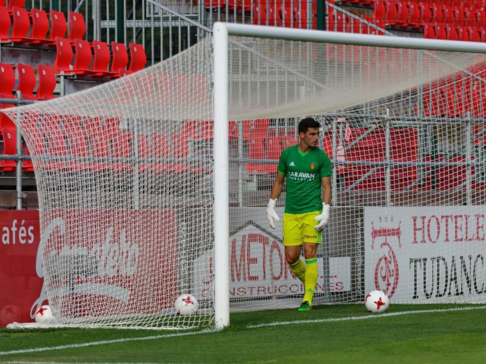 Pablo Alcolea, que abandonará el Real Zaragoza en las próximas horas, durante el calentamiento con Ratón al inicio del partido del sábado en Miranda, en el que no jugó un solo minuto.