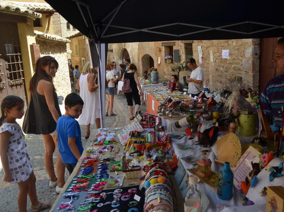 Los visitantes pasearon entre los puestos artesanos que se instalaron en Alquézar.