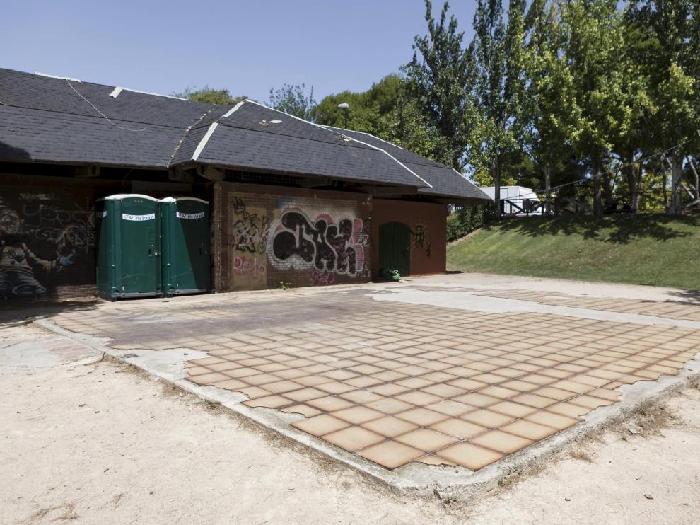 Mobiliario en mal estado. El parque fue inaugurado en 1983 y muchos de sus elementos han quedado en desuso o están vandalizados. Las barandillas vencidas y oxidadas, así como los adoquines sueltos de los caminos interiores también son aspectos que requieren una mejora.