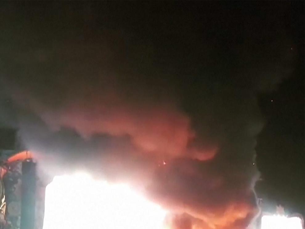 Suspenden la celebración de Tomorrowland en Barcelona por un incendio en el escenario principal.