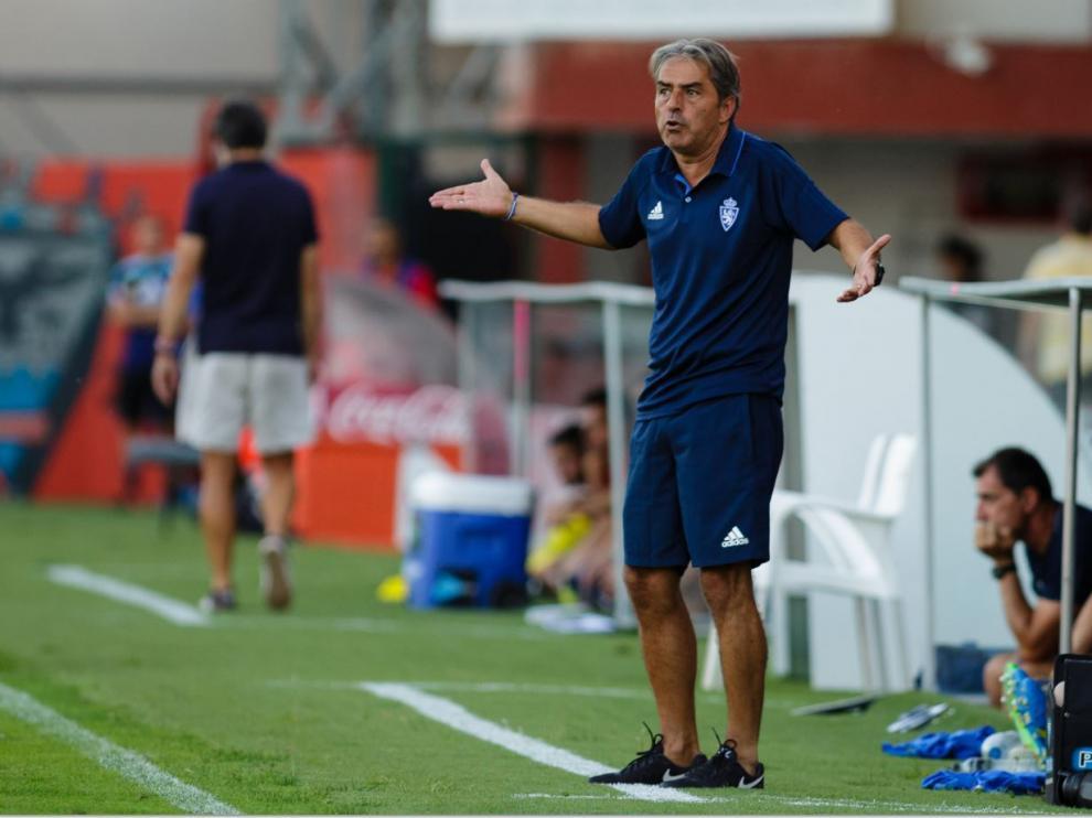 Natxo González, enfadado en el banquillo de Anduva este sábado, reprocha a sus jugadores un error durante el partido ante el Mirandés.