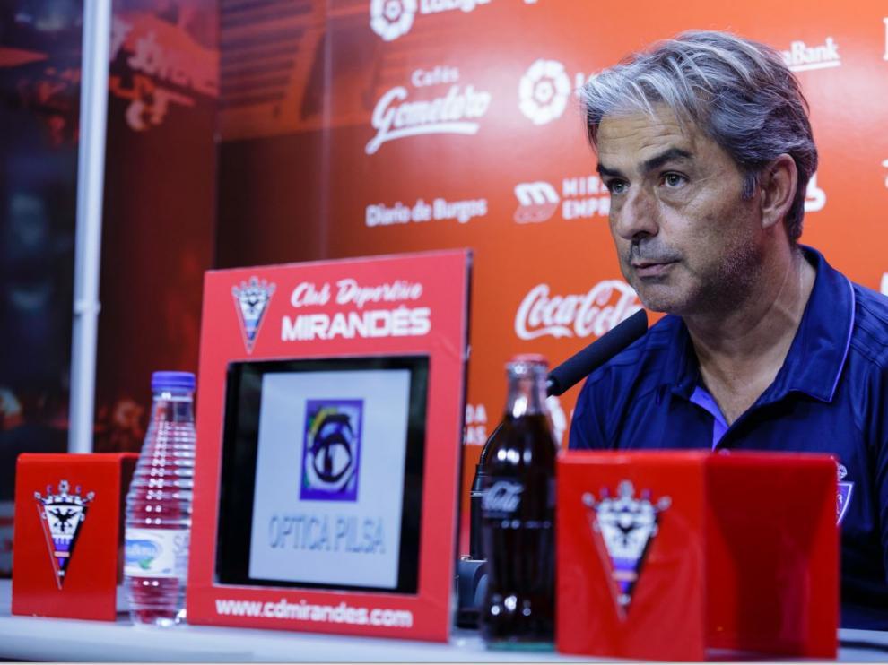 Natxo González, en la rueda de prensa de este sábado por la noche en Miranda de Ebro, a la conclusión del amistoso Mirandés-Real Zaragoza.
