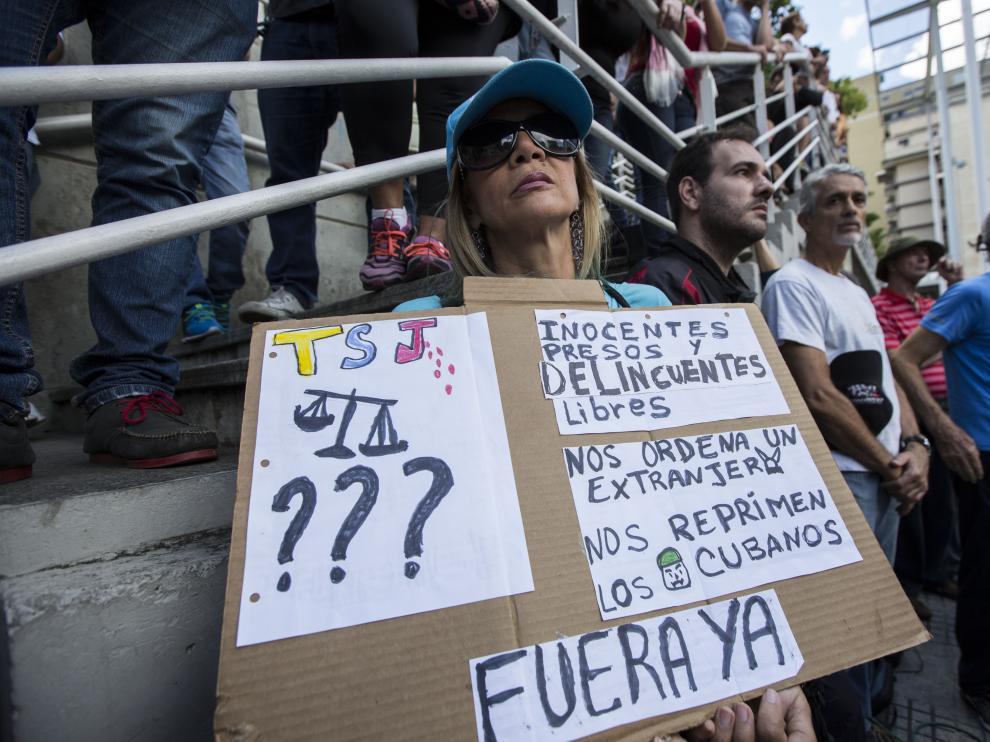 Opositores a Maduro escuchan a Freddy Guevara horas antes de la consulta.