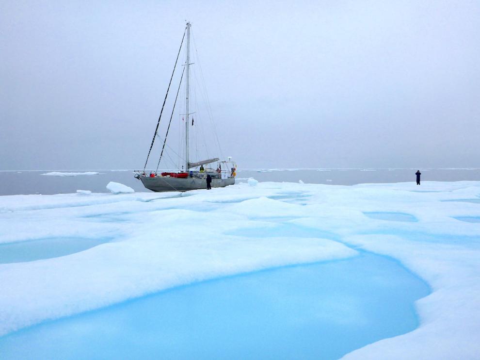 El Northabout junto a un gran pedazo de banquisa polar flotante.