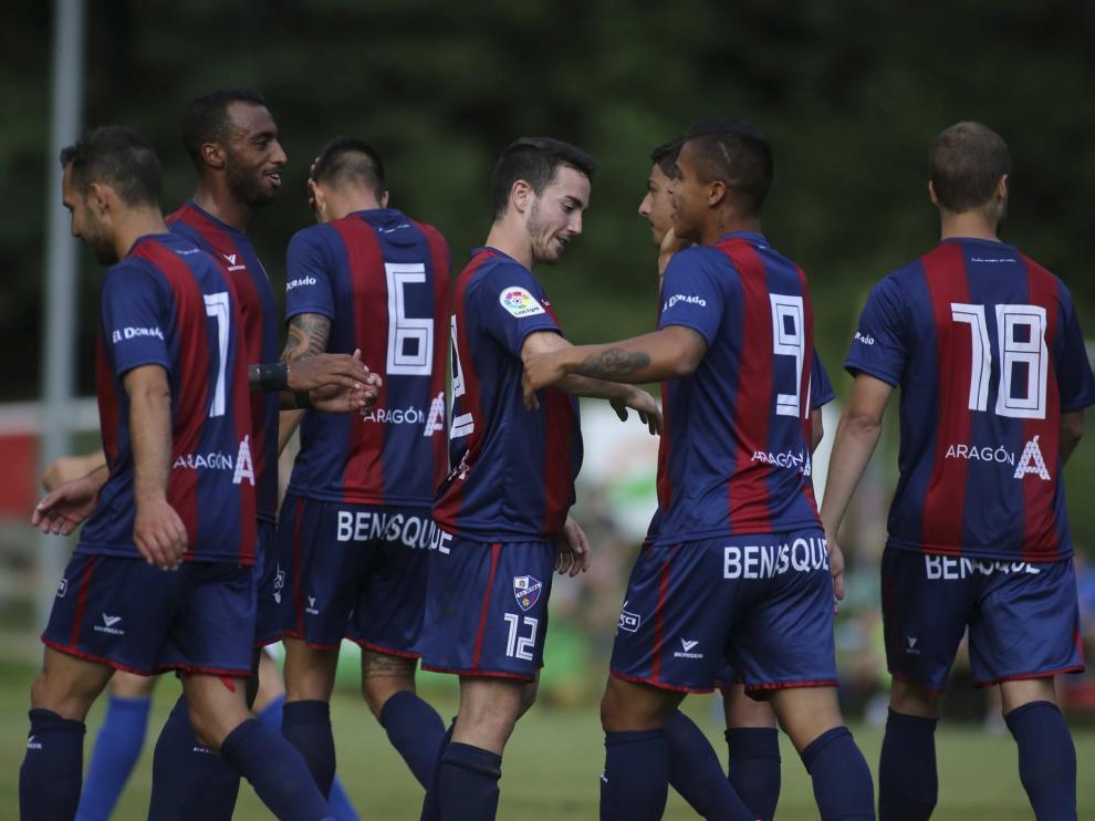 Los jugadores del Huesca han celebrado once goles en sus primeros dos amistosos ante el Fraga y el Monzón.
