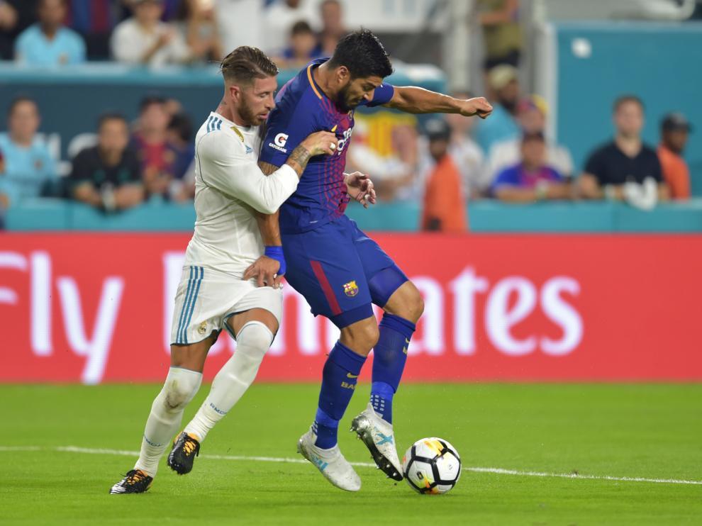 Ramos, defendiendo a Suárez.