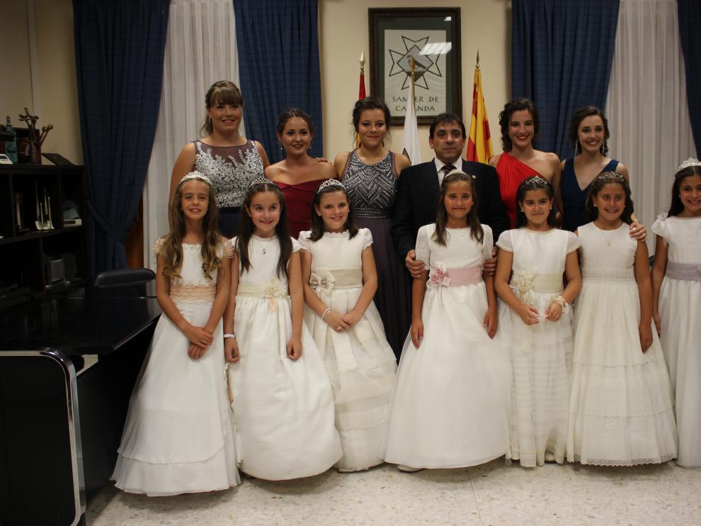 La corte de honor, con el alcalde. Las majas de Samper de Calanda –cinco jóvenes y siete niñas– fueron presentadas a los vecinos en una gala con baile. Previamente, hablaron con el alcalde, Alfonso Pérez.