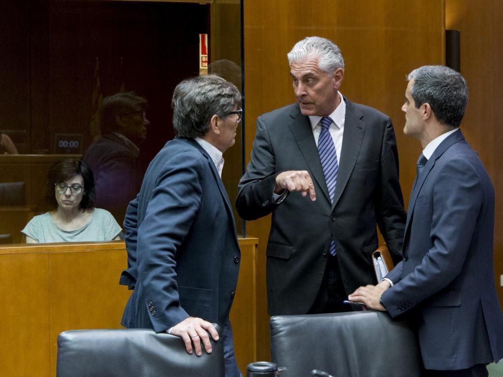 Antonio Suárez (PP), entre Arturo Aliaga (PAR) y Javier Martínez (C's), ayer en la comisión de Hacienda.