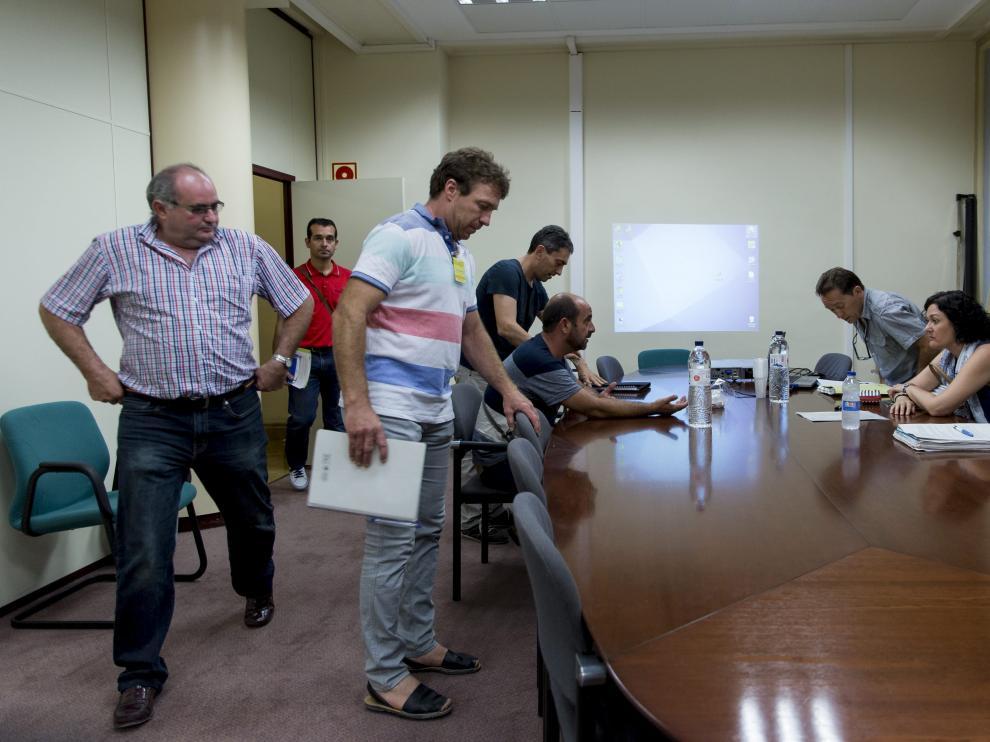 Representantes de las asociaciones agrarias y de la Administración, antes de comenzar la reunión.