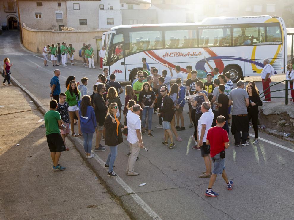 "Jóvenes de Torralba de Ribota ""torean"" el autobús de línea."