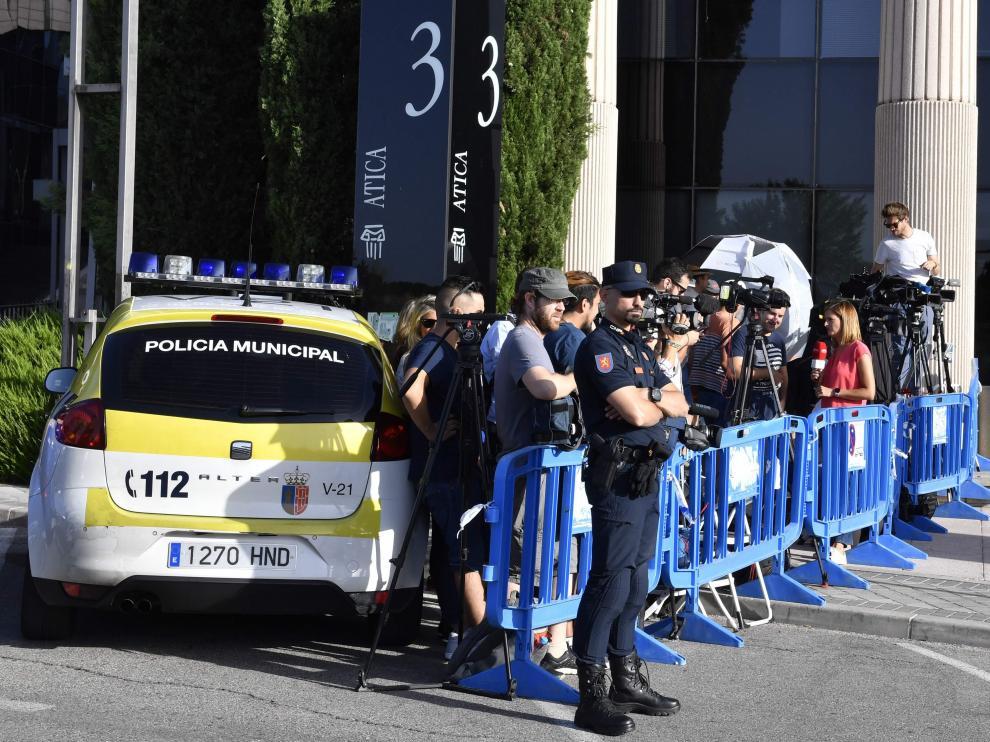 Agentes de la Policía Local de Pozuelo de Alarcón y de la Policía Nacional ya han instalado un dispositivo para evitar cortes de tráfico en la Vía de las Dos Castillas del municipio madrileño donde se encuentra esta sede judicial.